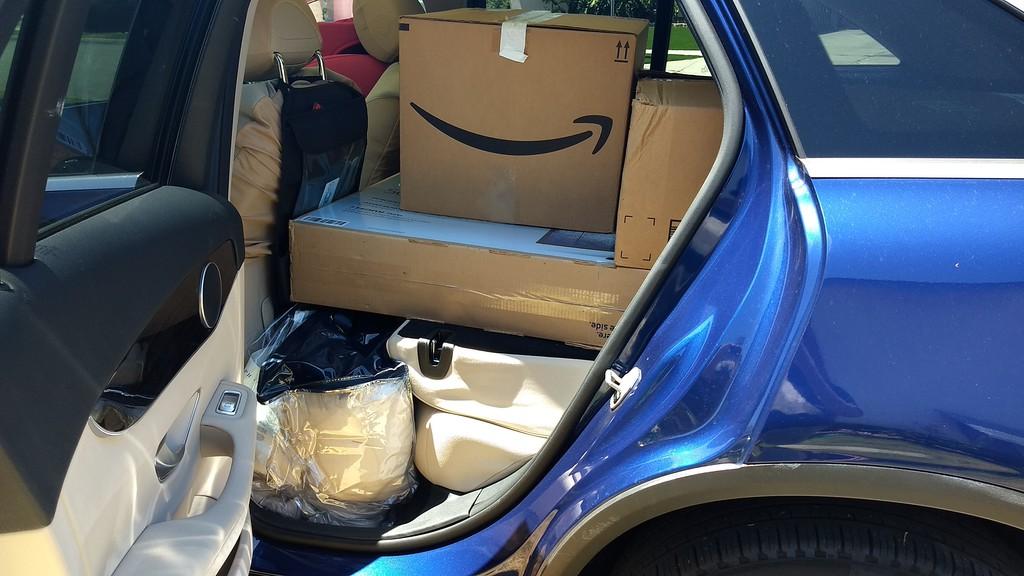 上圖及下圖是張先生從美國加州舊金山運回台灣藍色賓士GLC300,車上還放滿了要運送回台的行李個人用品等,車上放行李對於有些海運公司來說增加運費,但是Car2TW會協助安排那些不會加價的海運公司運送回台,目前Car2TW配合的海運公司有長榮海運、陽明海運、OOCL等,舊金山每星期都有海運船班回台灣,運車回台灣時間大約3-4星期左右。
