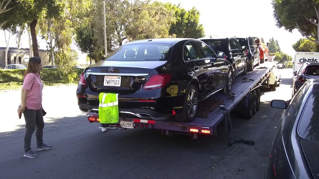 是陳先生賓士汽車E300 W213在加州洛杉磯上拖運車照片準備出發去港口海運出口,在加州洛杉磯居住華人非常多,洛杉磯也是最多外匯車商或留學生個人選擇運車到台灣出發港口。許多人會詢問Car2TW這些問題:賓士E300想知道從美國加州洛杉磯運車回台灣費用要多少錢?留學生運車回台灣可以節省關稅嗎?美規賓士進口車在台灣維修保養及保固有問題嗎?美國運車回台灣時間要多久?賓士E300運車到台灣費用包含進口車關稅80萬台幣及運費美金$800元及ARTC車測費用10萬元,其他還有一些小費用包含汽車海運出口裝櫃費用美金$600元及拆櫃費用約美金$200元,全部費用加起來約20萬台幣左右,所以說個人留學生運車回台灣費用相當划算,如果能夠利用留學生條款規定省錢省關稅,全部費用就更划算了,有任何代辦進口車問題歡迎詢問
