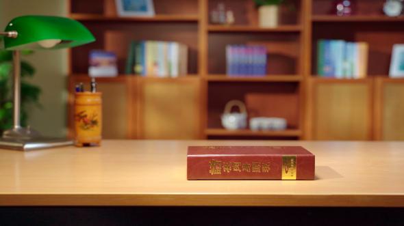 桌子上放著一本《話在肉身顯現》神話書