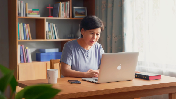 基督徒在電腦上寫信件