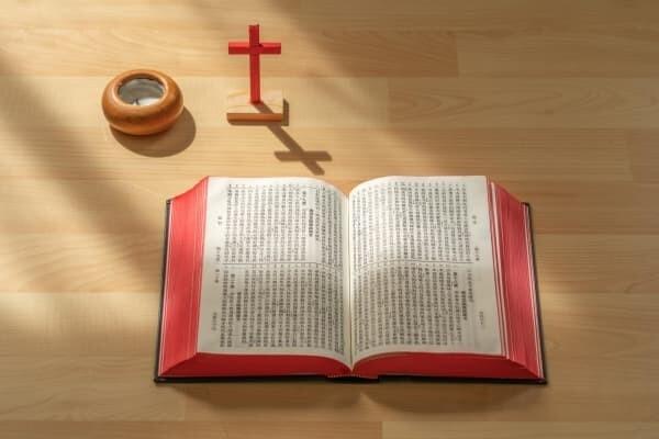 書桌上展開的聖經